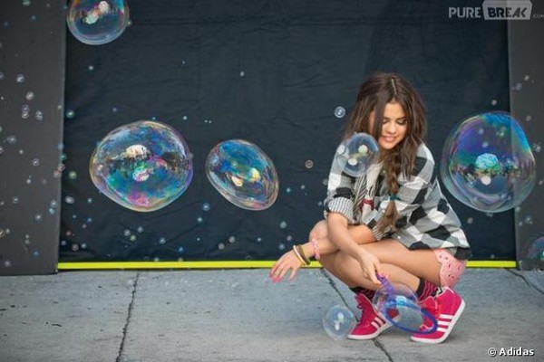 Selena Gomez : flashy pour Adidas et glam-rock en promo
